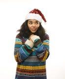 Милая молодая реальная африканская девушка битника в шляпе santas красной изолированной на зиме Christmass белой предпосылки ждат Стоковое фото RF