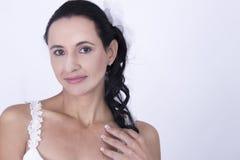 Милая невеста в шикарной белой Bridal мантии Стоковое фото RF