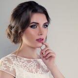 Милая невеста женщины с Bridal стилем причёсок и составом Стоковое Изображение