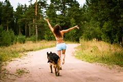 Милая немецкая овчарка девушки и собаки Стоковое Изображение