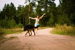 Милая немецкая овчарка девушки и собаки Стоковая Фотография