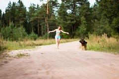 Милая немецкая овчарка девушки и собаки Стоковое фото RF