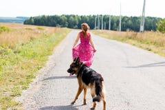Милая немецкая овчарка девушки и собаки Стоковые Изображения