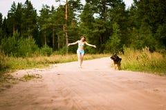Милая немецкая овчарка девушки и собаки Стоковые Фотографии RF