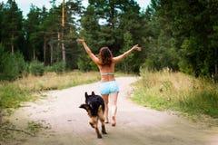 Милая немецкая овчарка девушки и собаки Стоковые Фото