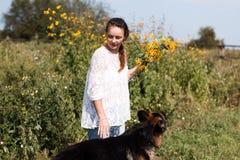 Милая немецкая овчарка девушки и собаки Стоковая Фотография RF