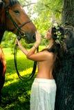 Милая обнажённая женщина с лошадью Стоковые Фото