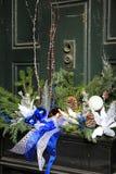 Милая оконная коробка с сезонными украшениями на зеленой двери Стоковая Фотография RF