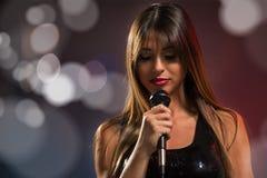 Милая певица женщины стоковые изображения