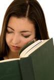 Милая предназначенная для подростков девушка спать не читающ ее конец книги вверх Стоковые Изображения