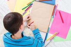 Милая притяжка мальчика, писать письмо к santa, ожидание для рождества стоковое фото rf