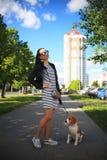 Милая прогулка девушки с собакой Стоковое Изображение