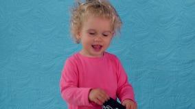 Милая прятк детской игры с головным шарфом сток-видео