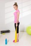 Милая разминка женщины с эластичной резиновой лентой Стоковое Изображение