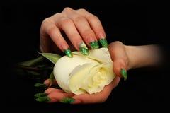 Милая рука женщины с совершенными покрашенными ногтями на черной предпосылке стоковые изображения rf