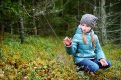 Милая смешная маленькая девочка имея потеху во время похода в древесины Стоковая Фотография RF