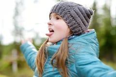 Милая смешная маленькая девочка имея потеху во время похода в древесины Стоковое фото RF