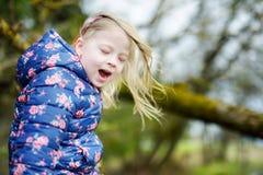 Милая смешная маленькая девочка имея потеху во время похода в древесины Стоковые Изображения