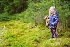 Милая смешная маленькая девочка имея потеху во время похода в древесины Стоковые Изображения RF