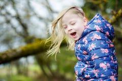 Милая смешная маленькая девочка имея потеху во время похода в древесины Стоковые Фото