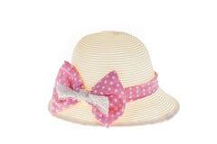 Милая соломенная шляпа с розовой лентой на белой предпосылке Стоковая Фотография RF