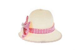 Милая соломенная шляпа с розовой лентой на белой предпосылке Стоковые Изображения
