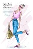 Милая стильная девушка в одеждах моды Женщина моды с сумкой Нарисованная рукой женщина белокурых волос эскиз Стоковые Изображения