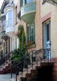 Милая сцена домов строки с красочными цветками в оконных коробках Стоковые Фото