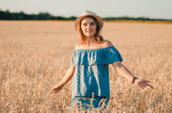 Милая счастливая женщина в шляпе на пшеничном поле лета Стоковая Фотография