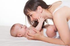 Милая счастливая мама и младенец матери семьи Стоковые Изображения RF