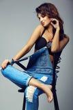 Милая усмехаясь девушка женщины брюнет в вскользь прозодеждах джинсовой ткани битника одевает Стоковое Изображение RF