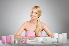Милая усмехаясь женщина с руками на таблице с свечами Стоковое Фото