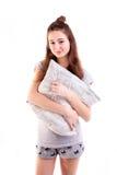 Милая усмехаясь изолированная подушка владением женщины Стоковые Фотографии RF