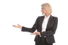 Милая усмехаясь коммерсантка представляя с руками Изолированный fem стоковое изображение rf