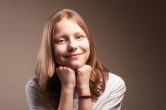 Милая усмехаясь предназначенная для подростков школьница стоковые фотографии rf