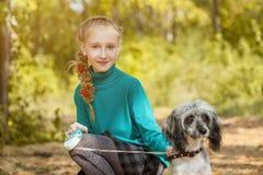 Милая усмехаясь freckled девушка представляя с собакой Стоковое Фото