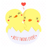 Милая утка младенца близнецов в карточке и предпосылке вектора яичка Стоковое Изображение
