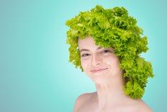 Милая улыбка девушки на стороне/волосах капусты Стоковые Фото