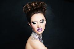Милая фотомодель женщины с ложными ресницами и глазами яркого блеска Стоковое Фото