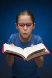 Милая школьница с книгой. Стоковые Фотографии RF