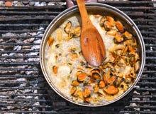 Мидии бурлят в сметанообразном соусе над открытым огнем Стоковая Фотография RF