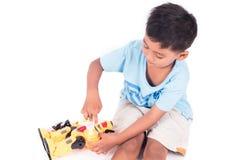 Милое бой робота игры мальчика Стоковая Фотография