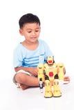 Милое бой робота игры мальчика Стоковые Фотографии RF