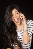 Милое брюнет говоря на ее рте сотового телефона открытом Стоковая Фотография