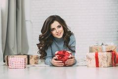Милое брюнет женщины и коробка много подарков Стоковая Фотография RF