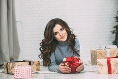 Милое брюнет женщины и коробка много подарков Стоковые Изображения