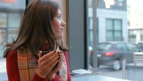 Милое брюнет наслаждаясь кофе в кафе акции видеоматериалы