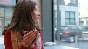 Милое брюнет наслаждаясь кофе в кафе видеоматериал