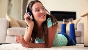 Милое брюнет ослабляя на половике слушая к музыке акции видеоматериалы