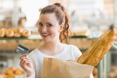 Милое брюнет с сумкой хлеба и кредитной карточки Стоковые Фотографии RF